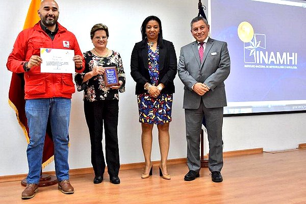 Ecuador met service award for joint FbF work with Red Cross