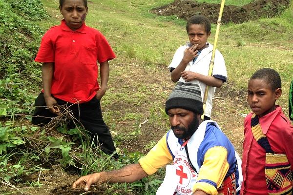 Red Cross volunteers assist communities affected by El Niño in Papua New Guinea