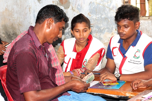 Bangladesh Red Crescent Society distributes FbF cash to households in the path of Storm Mora