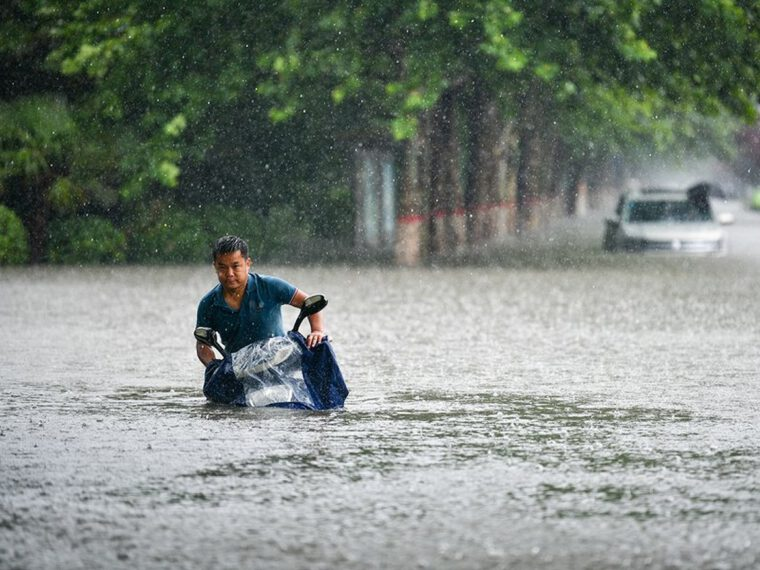 China floods: 'Massive rescue and relief efforts'